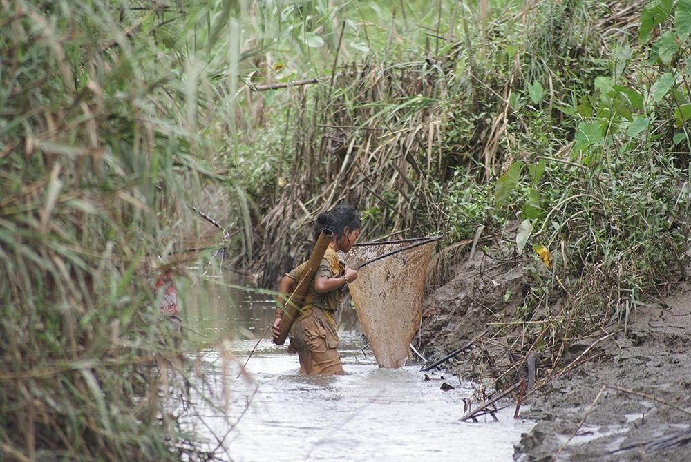 Femme du village Katorai sur l'île Sibiru (Mentawai tribu).